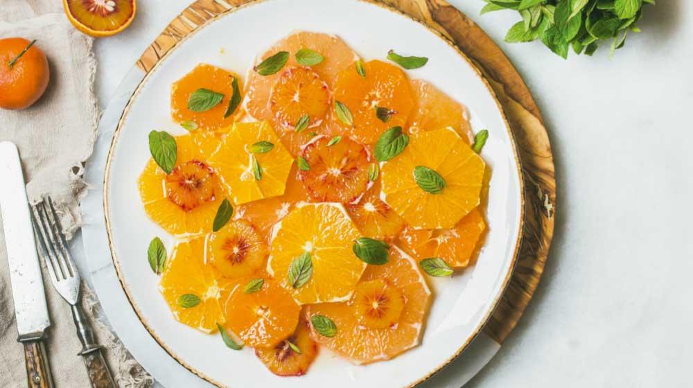 Ensalada de mandarina con naranja, miel y hojas de menta