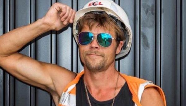 Obrero sufre acoso por su parecido a Brad Pitt